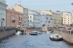 在运河的游船 免版税图库摄影