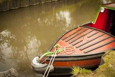 在运河的狭窄的小船 免版税库存照片