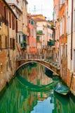 在运河的看法有长平底船小船和汽艇水/河的 库存图片