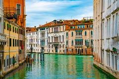 在运河的看法有长平底船小船和汽艇水/河的 库存照片
