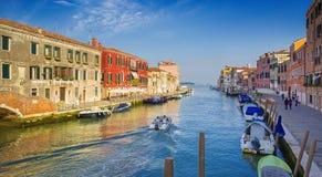 在运河的看法有长平底船的在浪漫威尼斯,意大利 图库摄影