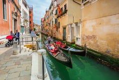 在运河的看法有长平底船的在浪漫威尼斯,意大利 库存图片