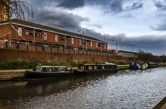 在运河的老驳船在一多云天 库存照片