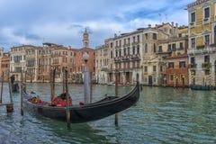 在运河的背景的Gandola 免版税图库摄影