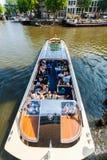 在运河的观光的小船在阿姆斯特丹 荷兰 库存照片