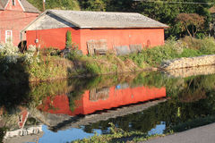 在运河的谷仓反射 免版税图库摄影