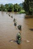 在运河的越南战士划艇 库存图片