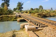 在运河的铁路轨道桥梁 免版税图库摄影