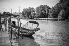 在运河的长尾巴小船在轰隆Khun Thian曼谷 库存照片