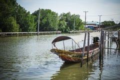 在运河的长尾巴小船在轰隆Khun Thian曼谷 免版税库存图片