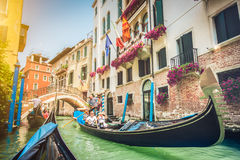 在运河的长平底船在威尼斯,有减速火箭的葡萄酒的Instagram意大利 图库摄影