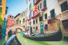 在运河的长平底船在威尼斯,有减速火箭的葡萄酒过滤器作用的意大利 免版税库存图片