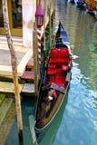 在运河的长平底船在威尼斯 免版税库存照片