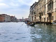 在运河的长平底船航行重创2010年9月24日在威尼斯意大利 库存照片