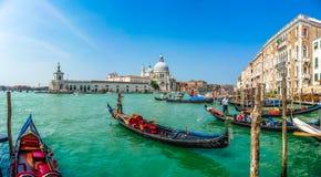 在运河的长平底船重创与大教堂二圣玛丽亚,威尼斯,意大利 免版税库存图片