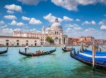在运河的长平底船重创与大教堂二圣玛丽亚della向致敬,威尼斯,意大利 库存照片