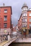 在运河的雷暴在有老和新的建筑学的欧洲城市 Ã…漆树, 免版税库存图片