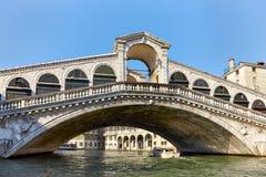 在运河的Rialto桥梁重创在威尼斯 免版税库存图片