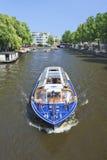 在运河的Tourboat,阿姆斯特丹中心 图库摄影