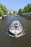 在运河的Tourboat,阿姆斯特丹中心 库存照片