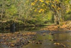 在运河道路旁边的河在Uppermill 免版税图库摄影