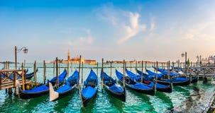 在运河重创在日落,圣Marco,威尼斯,意大利的长平底船 免版税图库摄影