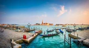 在运河重创在日落,圣Marco,威尼斯,意大利的长平底船 库存照片