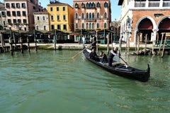 在运河重创的大运河的长平底船在威尼斯,意大利 库存图片