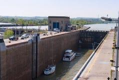 在运河锁的小船 免版税库存照片