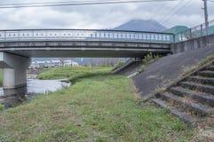 在运河附近的桥梁下在福冈yufuin 库存照片