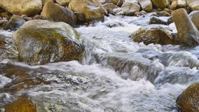 在运河,从瀑布的水方式的大岩石 股票视频