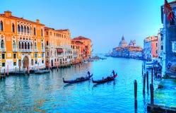 在运河,威尼斯-意大利的长平底船 库存图片