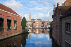在运河,布鲁日的Sint Salvatorskathedraal 免版税库存照片