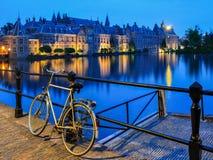 在运河,海牙的自行车 免版税库存图片