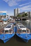 在运河, Amsterda,荷兰的被停泊的巡航小船 库存图片