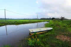 在运河/河的一条小船 免版税库存图片