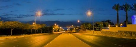 在运行到红海,埃拉特,以色列的一条地方街道的早晨 库存照片