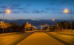 在运行到红海,埃拉特,以色列的一条地方街道的早晨 库存图片