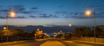 在运行到红海,埃拉特,以色列的一条地方街道的早晨 免版税图库摄影