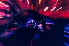 在运行在街道上的一辆快速车的moviment的被弄脏的光 库存照片