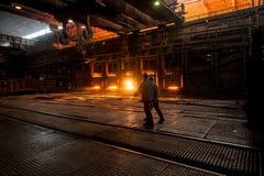 在运转的平炉附近的钢铁工 免版税图库摄影