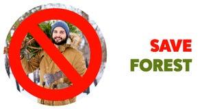 在运载新近地砍的圣诞节杉树和轴的有胡子的伐木工人人的注销的红色标志在森林 除之外 图库摄影