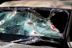 在运输受伤的军医` s汽车的残破的玻璃 残破的玻璃纹理  免版税库存照片