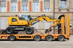 在运输拖车的Liebherr 912紧凑挖掘机 图库摄影