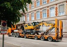 在运输拖车的Liebherr 912紧凑挖掘机 库存照片