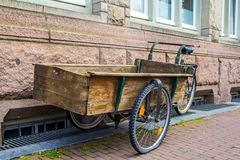在运输物品的自行车框架修造的木手车通过阿姆斯特丹 免版税图库摄影