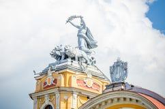 在运输车的阿波罗雕象由在科鲁Napoca国家戏院巴洛克式的大厦的狮子拉扯了 图库摄影