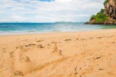 在近一个沙滩的沙子城堡 免版税图库摄影