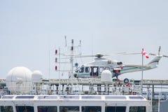 在近海抽油装置的直升机着陆,乘客调动到近海工作的油和煤气平台 免版税库存图片