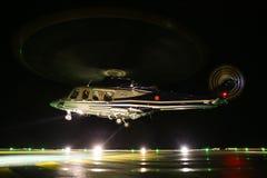在近海油和煤气平台的直升机着陆在甲板或停车场 直升机飞行员夜间飞行训练  免版税库存照片